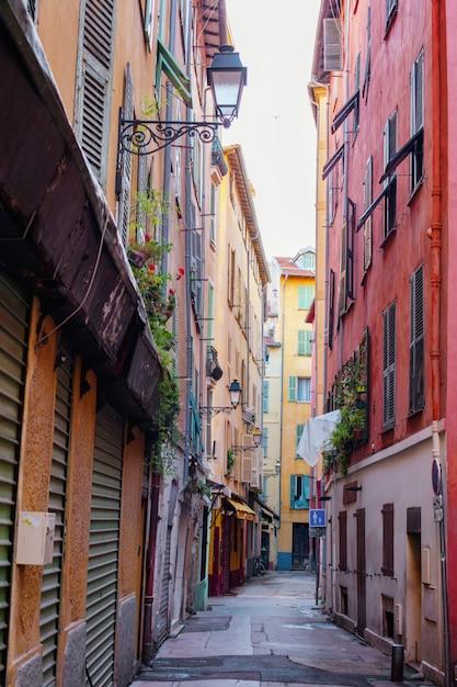 Rua estreita em nice, velhos edifícios coloridos na cidade velha, riviera francesa Foto Premium