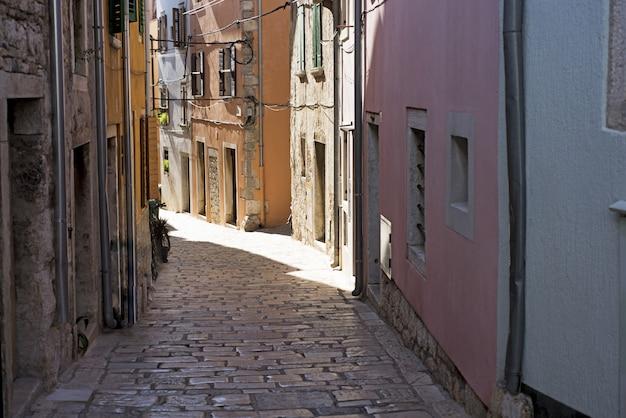 Rua estreita na cidade croata Foto Premium