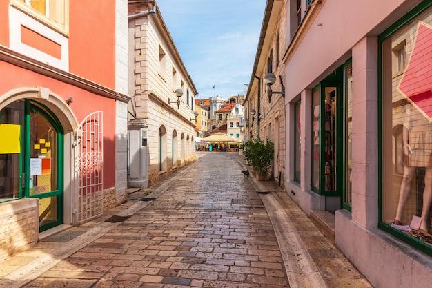 Rua europeia tradicional estreita perto da praça do centro, da torre do relógio e do portão da cidade velha de herceg novi, montenegro. Foto Premium