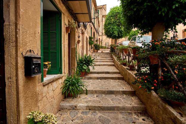 Rua europeia velha decorada com a cidade de flores frescas de valldemossa. palma de maiorca. espanha. Foto Premium