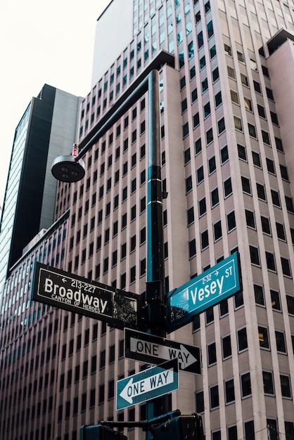 Rua, sinais, ligado, pilar, em, centro cidade Foto gratuita