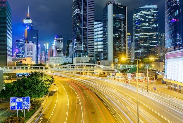 Rua tráfego em hong kong à noite. Foto Premium