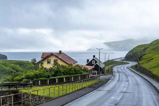 Rua vazia ligando duas ilhas com o céu nublado Foto gratuita