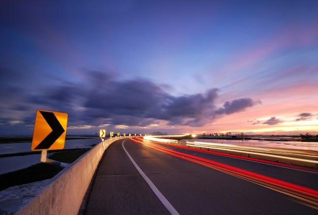 Ruas à noite, dirigindo rápido Foto Premium