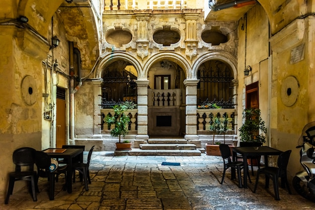 Ruas bonitas de bari, cidade medieval italiana. Foto Premium