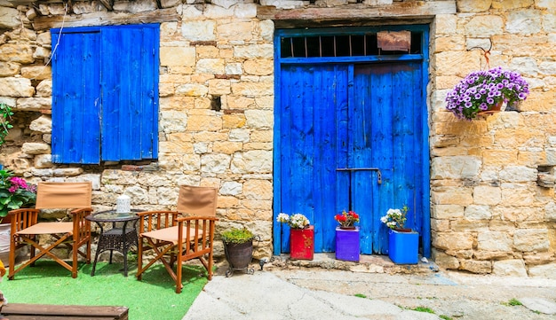 Ruas charmosas de antigas vilas tradicionais da ilha de chipre Foto Premium