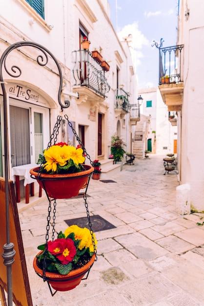 Ruas com casas com paredes caiadas de branco da típica cidade italiana de locorotondo. Foto Premium