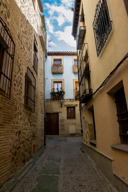 Ruas e casa azul da cidade de toledo na espanha. Foto Premium