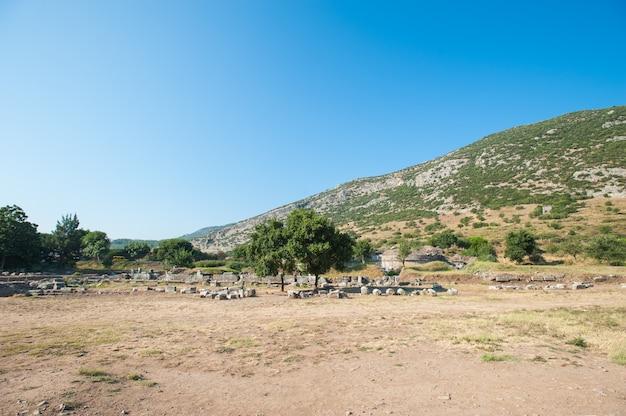 Ruínas da antiga cidade de éfeso, a antiga cidade grega da turquia, em um lindo dia de verão Foto Premium