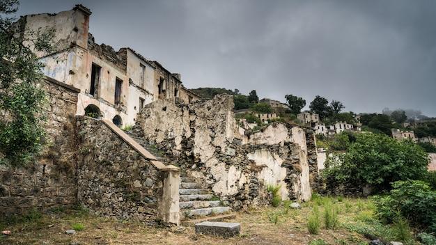 Ruínas da cidade fantasma abandonada de gairo vecchio, sardenha, itália Foto Premium