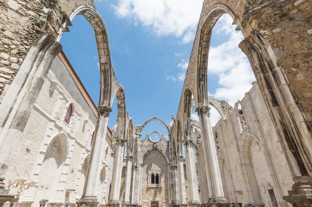 Ruínas da igreja gótica de nossa senhora do carmo (igreja do carmo), destruída por um terramoto em 1755, lisboa, portugal Foto Premium