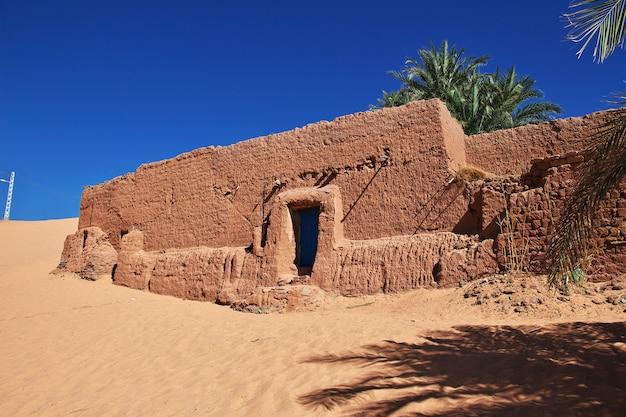 Ruínas de uma fortaleza em uma cidade abandonada no deserto do saara Foto Premium