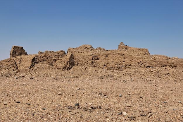 Ruínas do antigo templo egípcio na ilha sai, núbia, sudão Foto Premium