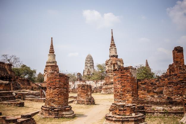 Ruínas do templo de ayutthaya, wat maha that ayutthaya como um local do patrimônio mundial, tailândia. Foto Premium