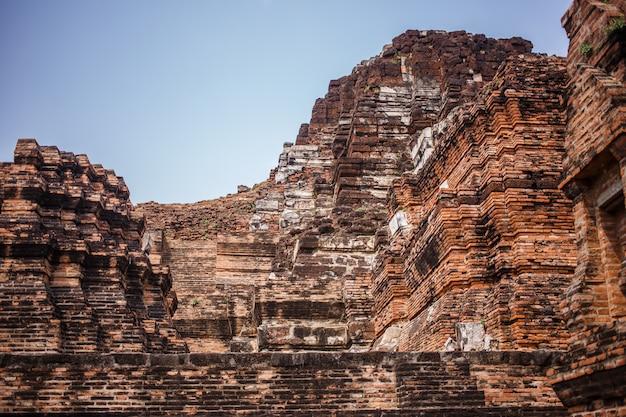 Ruínas do templo de ayutthaya, wat maha that ayutthaya como um patrimônio mundial, tailândia. Foto Premium