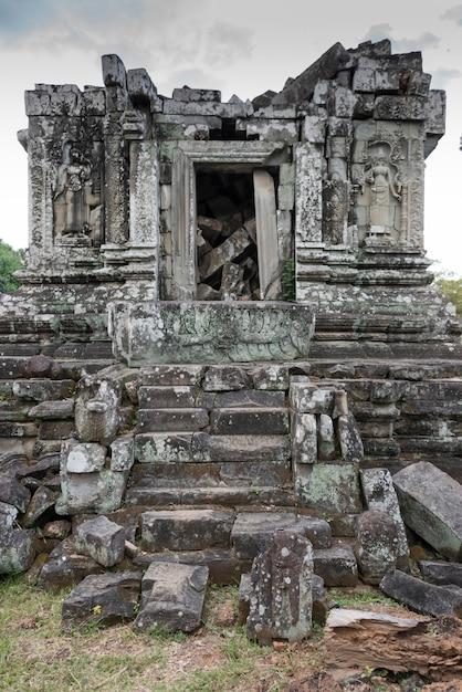 Ruínas do templo de phnom bok, siem reap, camboja Foto Premium