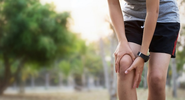 Runer mulher com lesão no joelho e dor Foto Premium