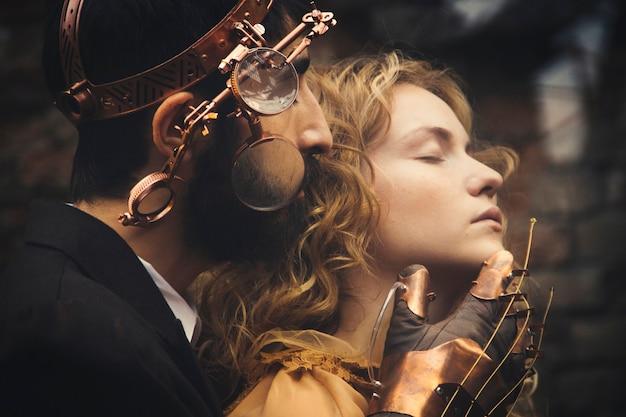 Rússia, nizhniy tagil, 13 de agosto de 2014 - magia de conto de fadas steampunk de um casal apaixonado Foto Premium