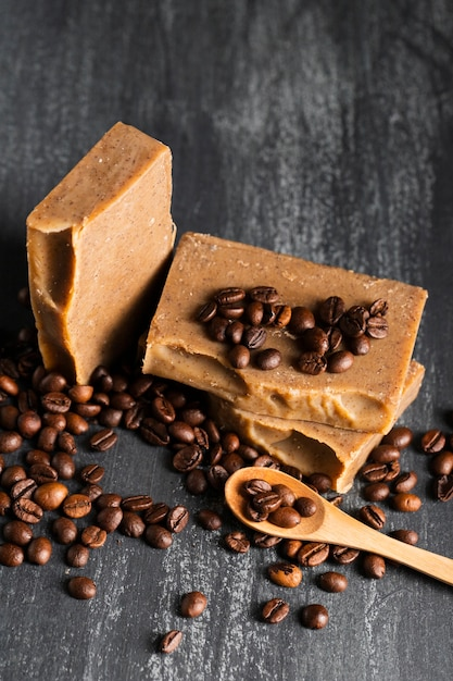 Sabão de alto ângulo feito de grãos de café Foto gratuita