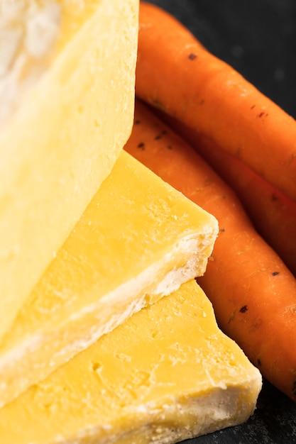 Sabão do close-up de cenouras com cenouras ao lado Foto gratuita