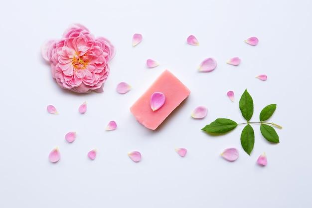 Sabão handmade de rosa no branco. Foto Premium