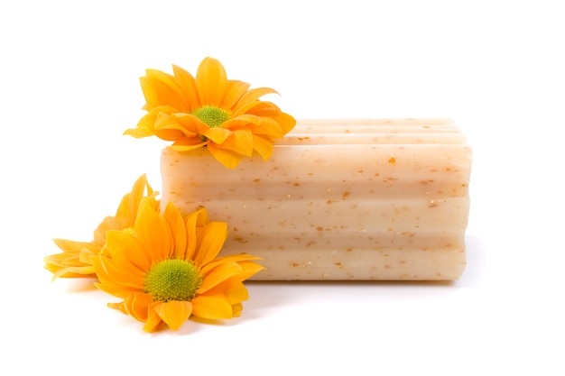 Sabão natural e flores isoladas no fundo branco Foto Premium