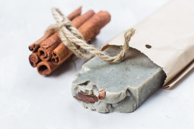 Sabonete artesanal com canela no fundo branco Foto Premium