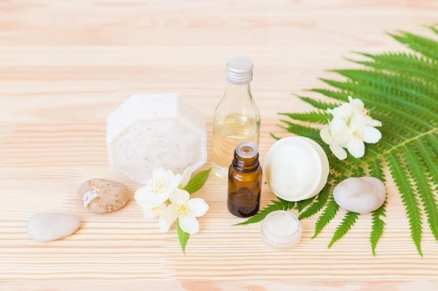 Sabonete artesanal com óleo corporal na madeira Foto Premium