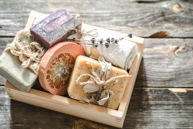 Sabonete artesanal em fundo de madeira Foto gratuita