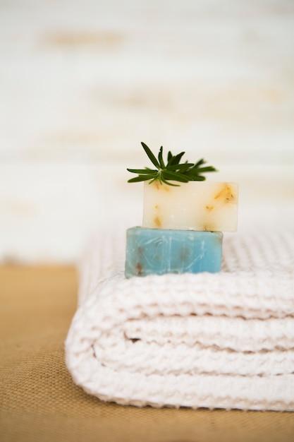 Sabonete na toalha Foto gratuita