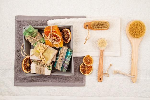 Sabonete natural artesanal e xampu seco, spa ecológico, conceito de cuidados de beleza. empresa de pequeno porte, ideia ética de compra Foto Premium
