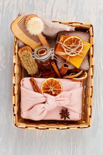 Sabonete orgânico natural artesanal, shampoo seco, spa, conceito de pacote de presente de skincare de beleza. empresa de pequeno porte, idéia ética de compra. presentes embalados em caixas de presente artesanais sem plástico Foto Premium
