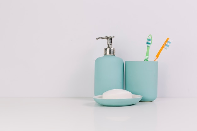 Sabonete perto de escovas de dentes Foto gratuita
