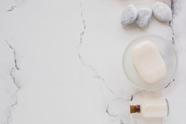 Saboneteira no balcão de mármore com espaço de cópia Foto gratuita