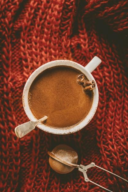 Saborosa bebida de chocolate quente em caneca Foto gratuita