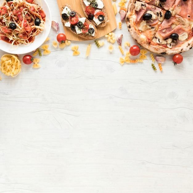 Saborosa comida italiana na mesa branca Foto gratuita