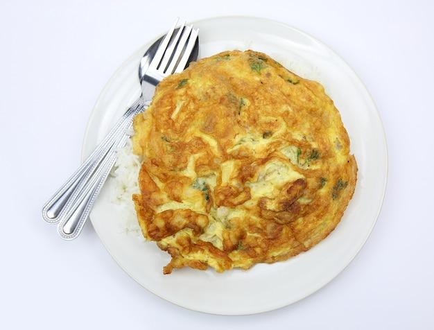 Saborosa omelete e arroz, menu tailandês Foto Premium