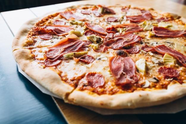 Saborosa pizza com carne Foto gratuita