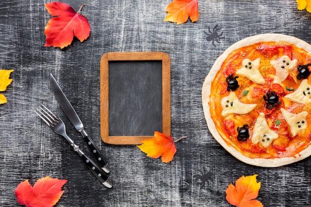 Saborosa pizza de halloween com moldura de maquete Foto gratuita