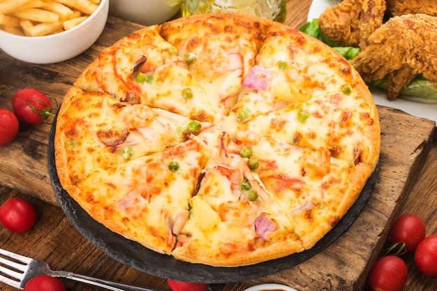 Saborosa pizza fresca com frutos do mar na mesa Foto gratuita