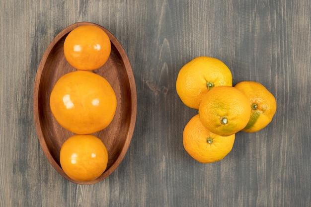 Saborosas tangerinas ou tangerinas em uma placa de madeira. foto de alta qualidade Foto gratuita