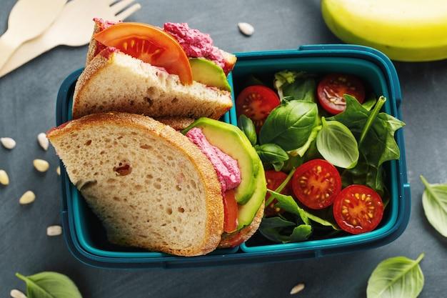 Saboroso almoço vegan saudável feito na hora para servir na lancheira. fechar-se. Foto gratuita