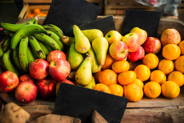 Saboroso arranjo com frutas frescas Foto gratuita