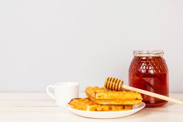 Saboroso café da manhã doce lanche na mesa de madeira Foto gratuita