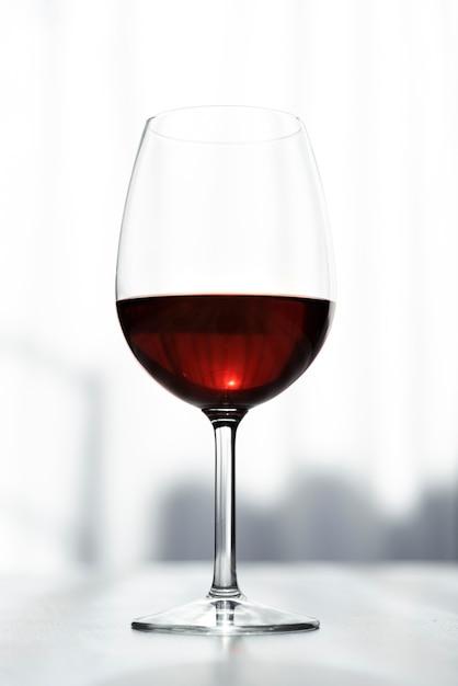 Saboroso copo de close-up de vinho tinto Foto gratuita