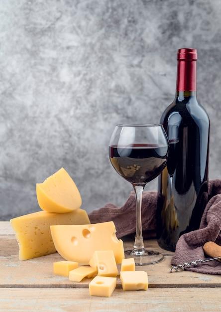 Saboroso copo de vinho tinto com queijo maduro Foto Premium