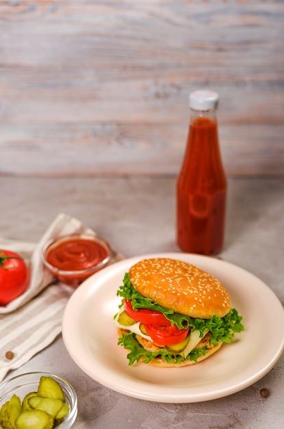 Saboroso hambúrguer clássico com queijo e ketchup Foto gratuita