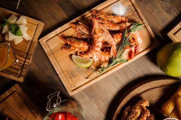 Saboroso prato de camarão grande em uma mesa de madeira Foto Premium