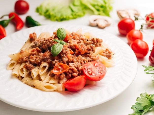 Saboroso prato de macarrão à bolonhesa Foto gratuita