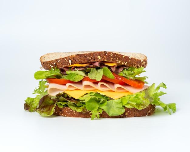 Saboroso sanduíche com legumes, presunto e queijo Foto gratuita